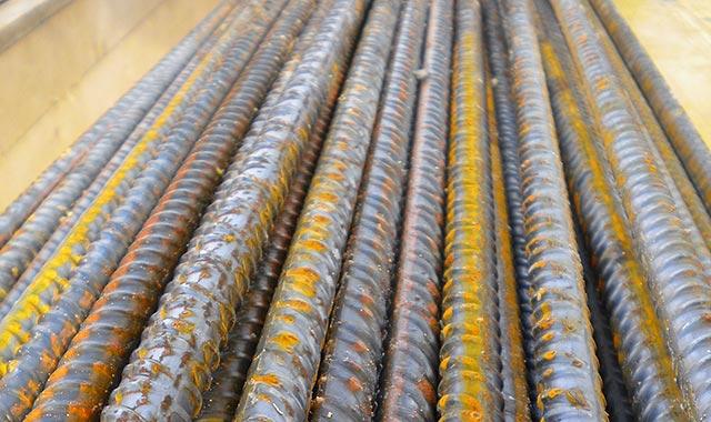 пруты металлической арматуры для фундамента