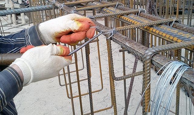 соединение крючком арматуры проволокой