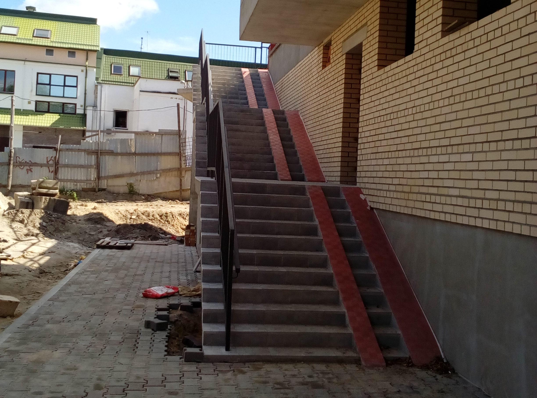 лестница облицованная тротуарной плиткой