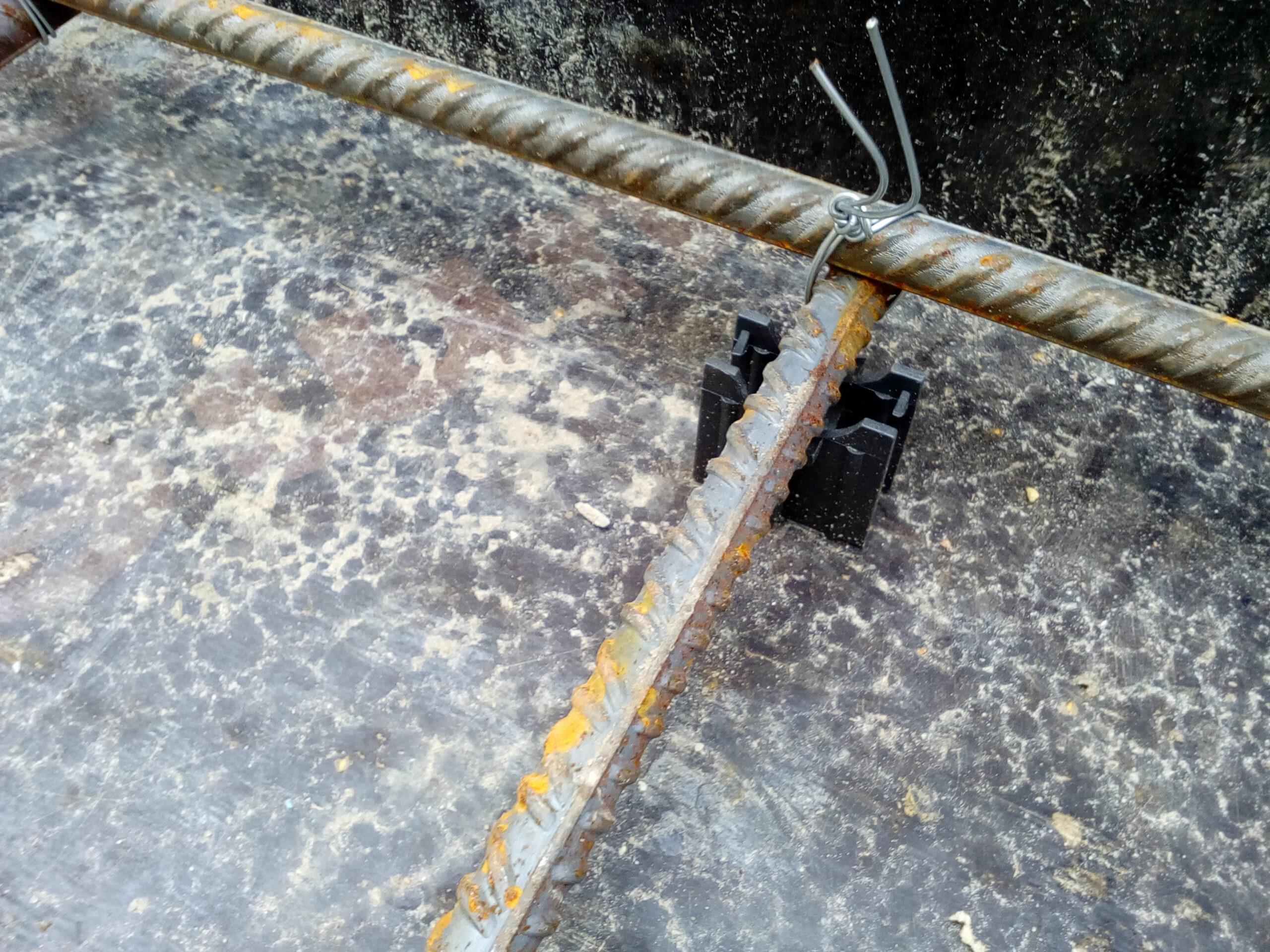 установка фиксаторов защитного слоя под арматуру лестницы