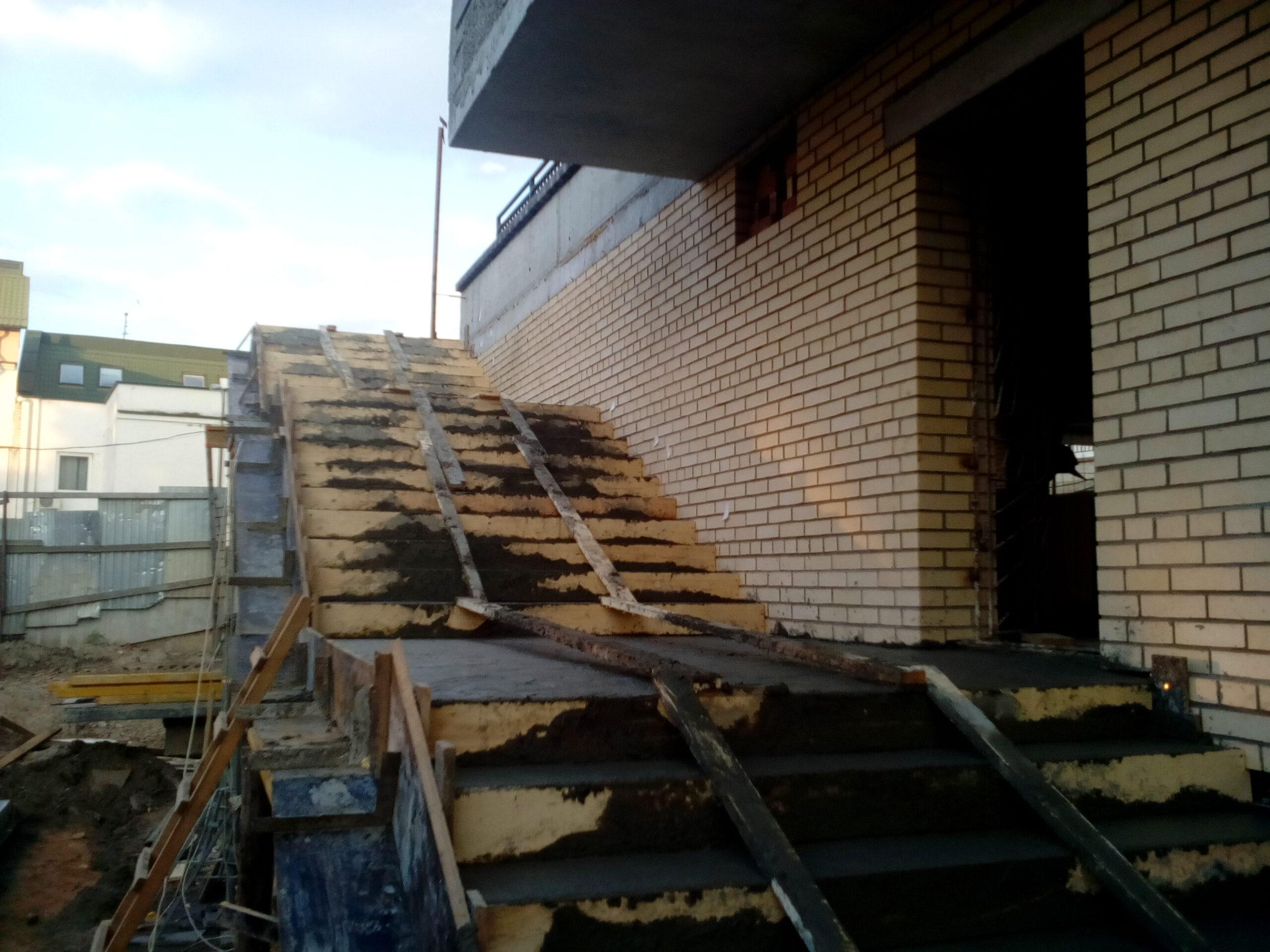 выравнивание бетона монолитной лестницы
