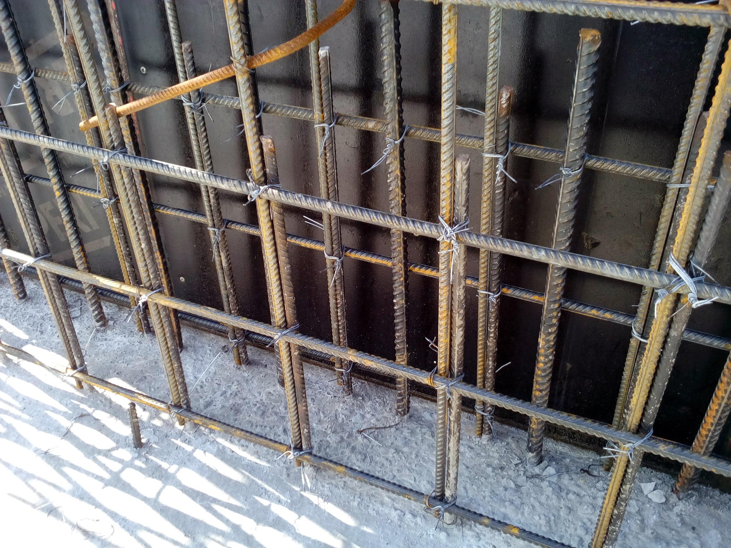 стыковка выпусков арматуры в бетонной стене
