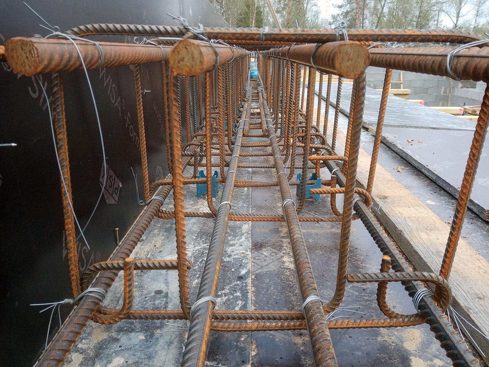 поперечное армирование балки хомутами из рифленых прутов